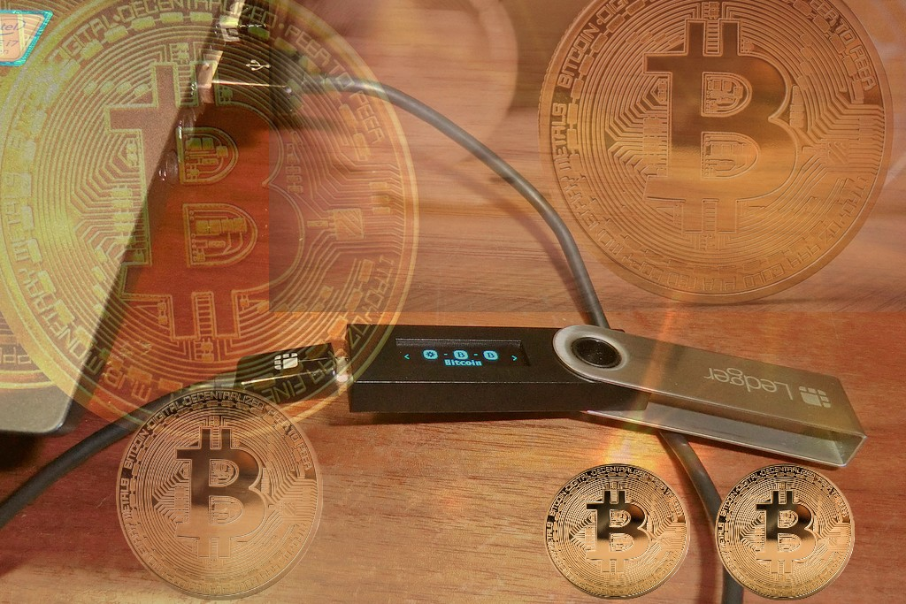 Beispiel für ein Hardware Wallet: Das Ledger Nano S. Ein weitverbreitetes Speichermedium für Krypto-Assets. (Foto: Motokoka; CC-BY-SA-4.0; Montage: tom/dkf)
